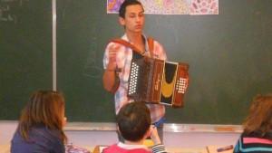 les élèves découvrent accordéon diatonique et djembé